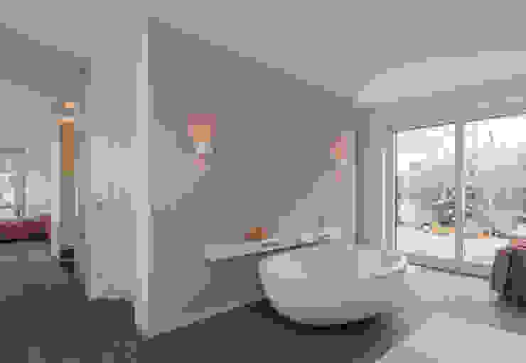 Modern Bathroom by Egg and Dart Corporation GmbH & Co.KG | München Modern