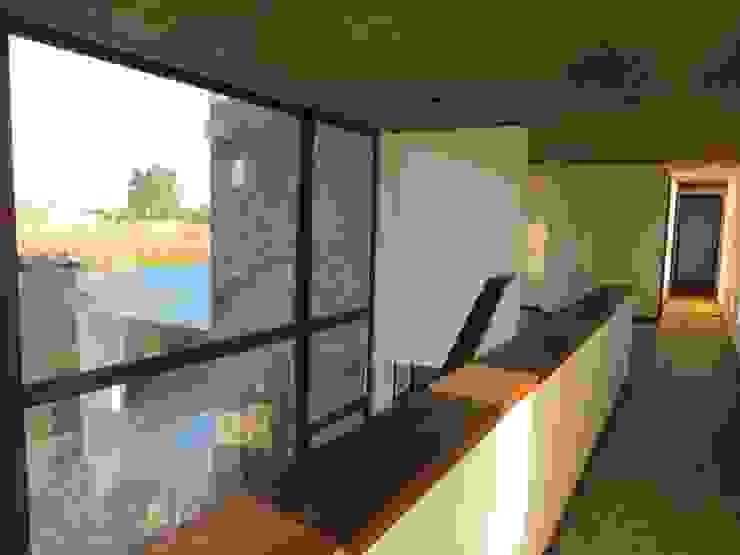 Modern corridor, hallway & stairs by Moreno Wellmann Arquitectos Modern