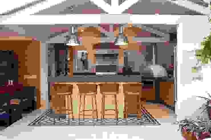 Área gourmet Residência Alphaville Tamboré 3 Garagens e edículas tropicais por Studio 262 - arquitetura interiores paisagismo Tropical