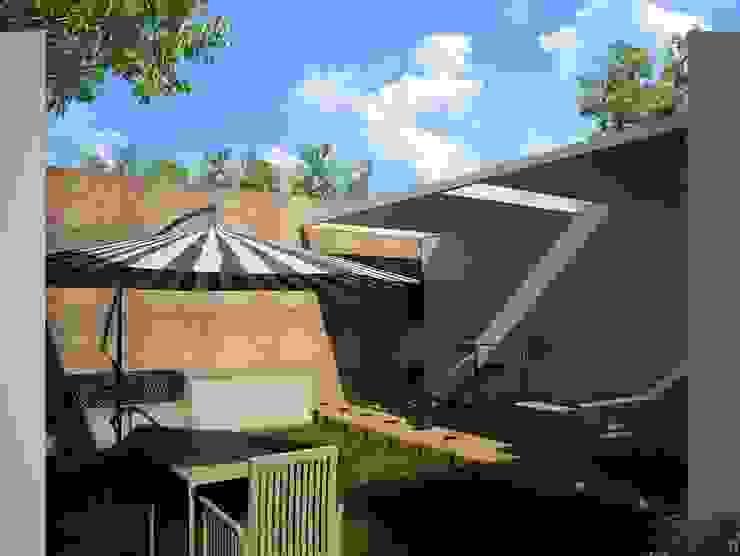 Casa V & Y Ecourbanismo Balcones y terrazas modernos