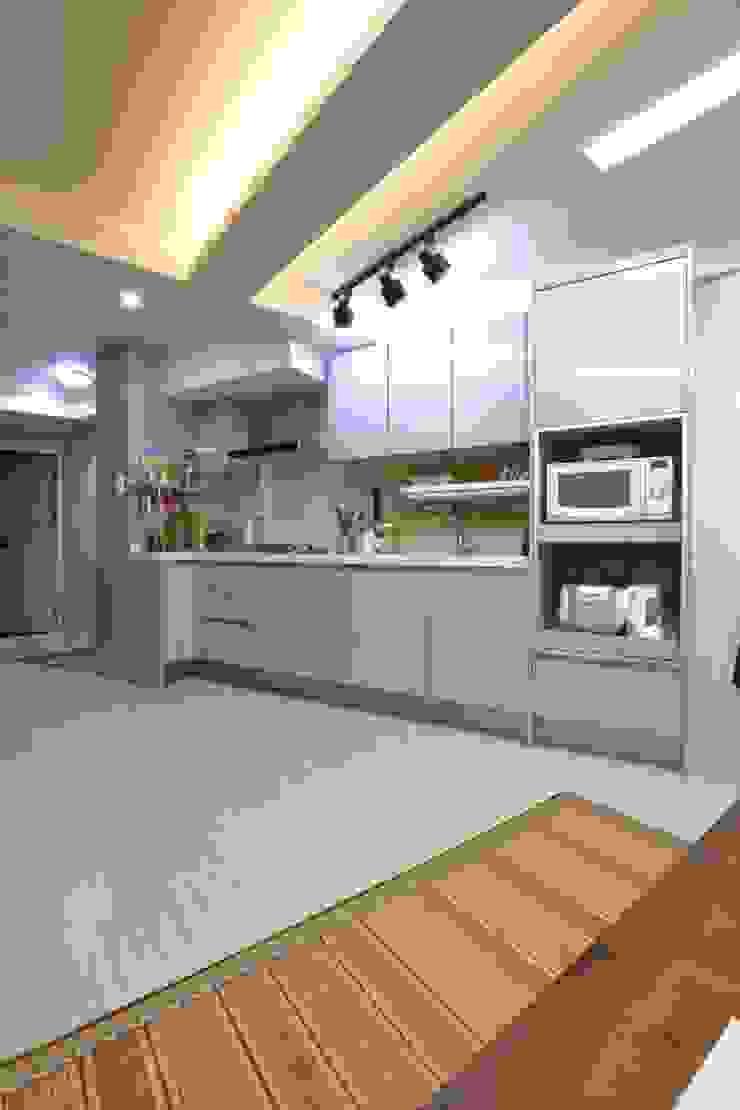 """interior & architecture by INARK 인아크 건축 설계 인테리어 디자인 대구 대명동 """"꼬꼬마하우스"""" 모던스타일 주방 by inark [인아크 건축 설계 디자인] 모던"""