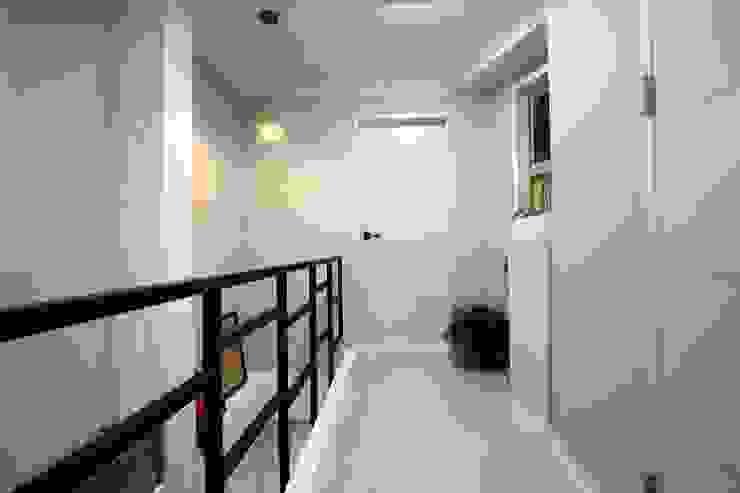 "interior & architecture by INARK 인아크 건축 설계 인테리어 디자인 대구 대명동 ""꼬꼬마하우스"" 모던스타일 복도, 현관 & 계단 by inark [인아크 건축 설계 디자인] 모던"