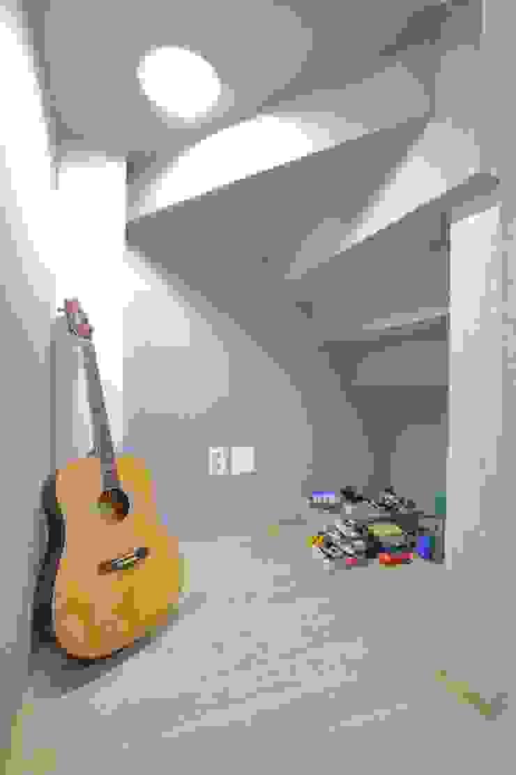 """interior & architecture  by INARK   인아크 건축 설계 인테리어 디자인 대구 대명동 """"꼬꼬마하우스"""": inark [인아크 건축 설계 디자인]의 현대 ,모던 실크 황색"""