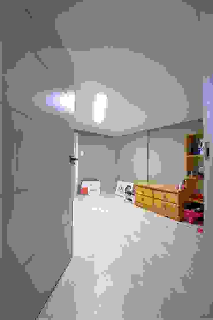"interior & architecture by INARK 인아크 건축 설계 인테리어 디자인 대구 대명동 ""꼬꼬마하우스"" 모던스타일 미디어 룸 by inark [인아크 건축 설계 디자인] 모던"