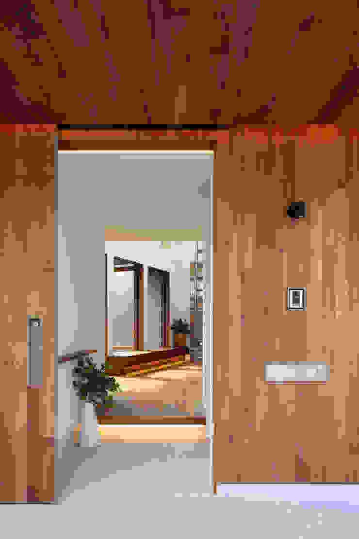アトリエ スピノザ Puertas y ventanas de estilo escandinavo Madera Acabado en madera