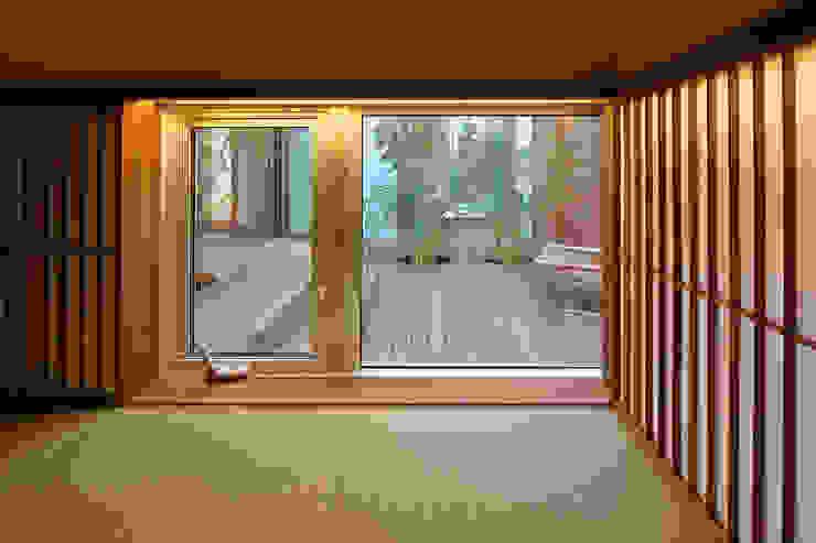 アトリエ スピノザ Puertas y ventanas de estilo asiático Madera Acabado en madera