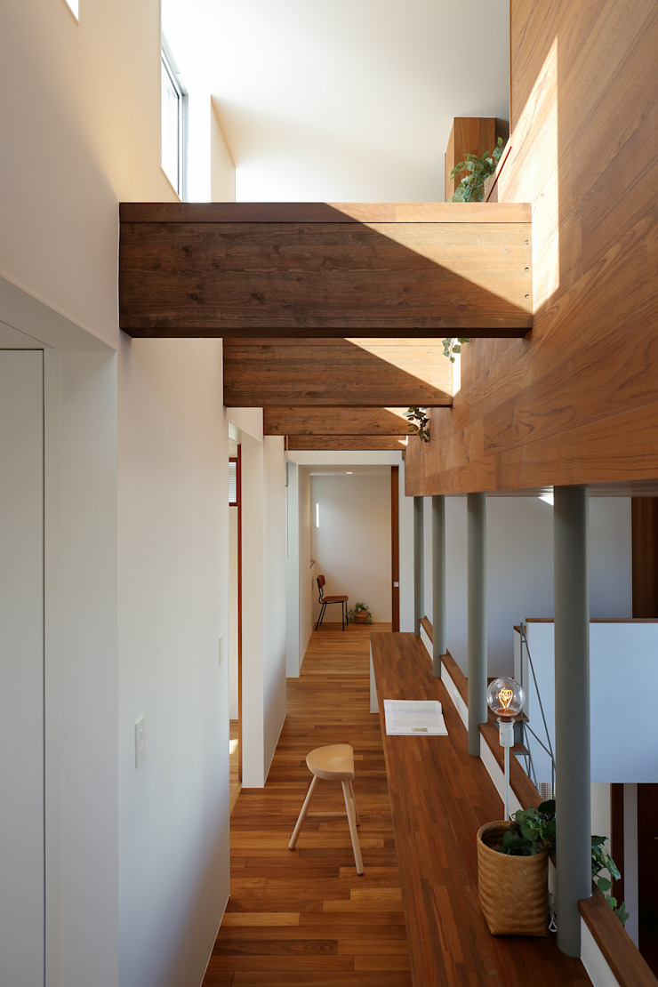 アトリエ スピノザ Pasillos, vestíbulos y escaleras de estilo moderno Madera Blanco