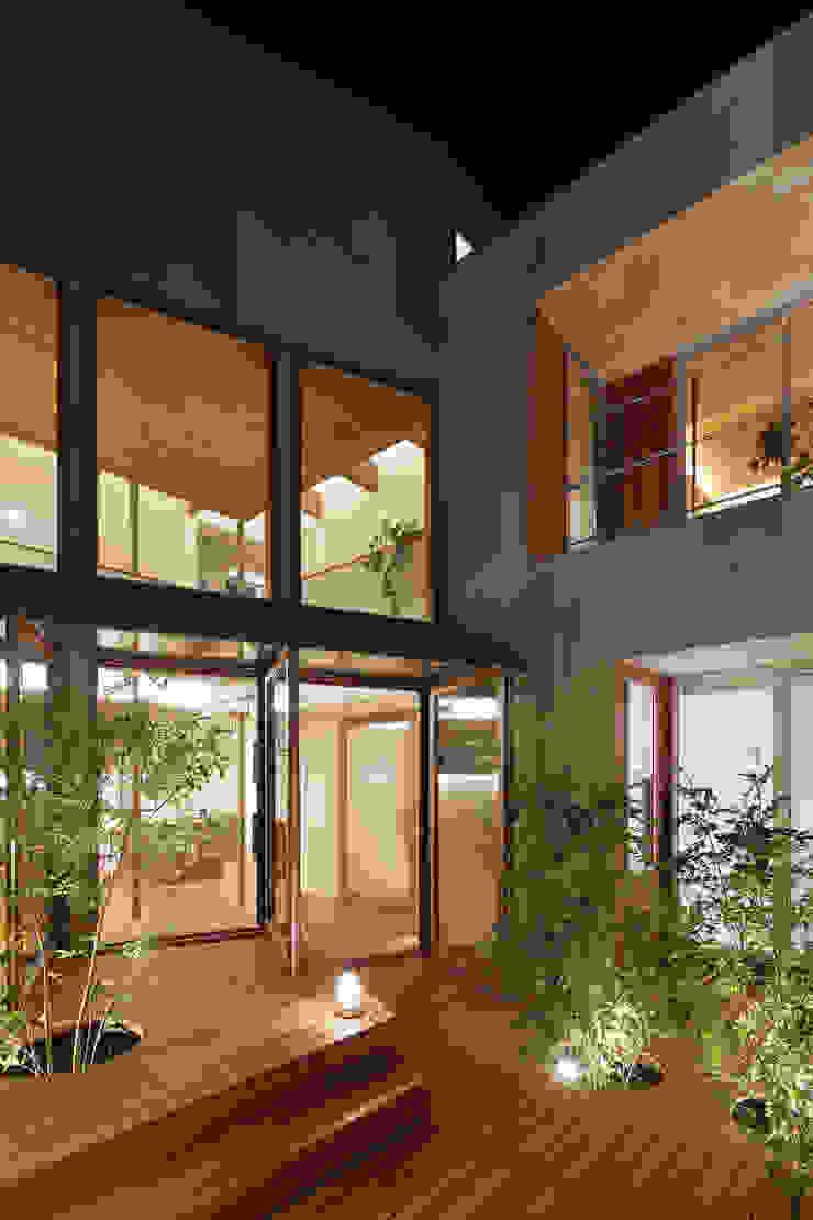 アトリエ スピノザ Balcones y terrazas de estilo moderno Madera Acabado en madera