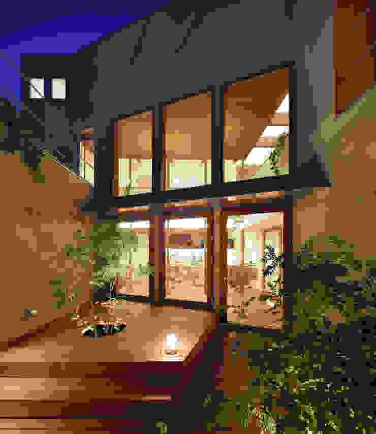 アトリエ スピノザ Balkon, Beranda & Teras Gaya Asia Kayu Wood effect