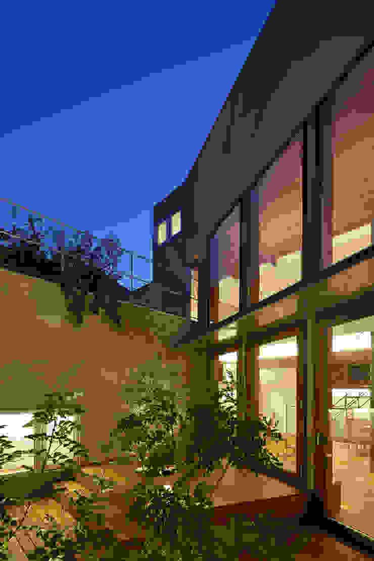 アトリエ スピノザ Balcones y terrazas de estilo moderno Madera Beige