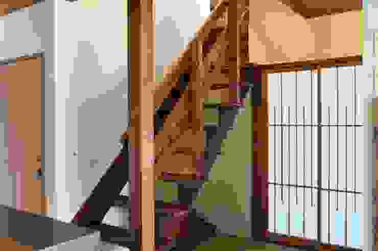 Klasyczny korytarz, przedpokój i schody od カワサキジムショ Klasyczny Drewno O efekcie drewna