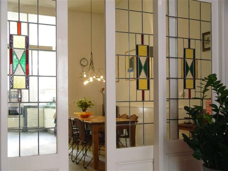 Sfeervolle woonkamer met behoud van originele details. Moderne woonkamers van Ien Interieurontwerp Advies Projectbegeleiding Modern Glas