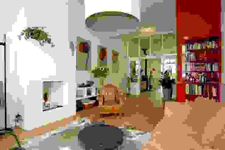 Lamp als eye-catcher Moderne woonkamers van Ien Interieurontwerp Advies Projectbegeleiding Modern