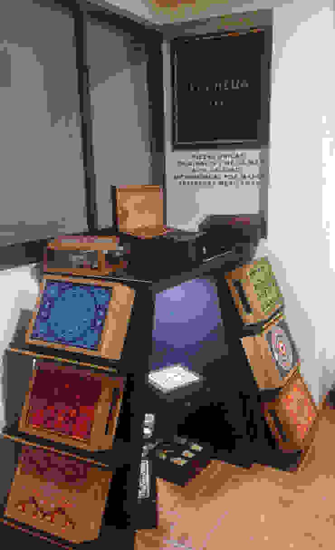 Mueble exhibidor Kocheua. de Perfil Arquitectónico Minimalista Madera Acabado en madera