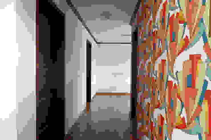 Коридор, прихожая и лестница в классическом стиле от homify Классический