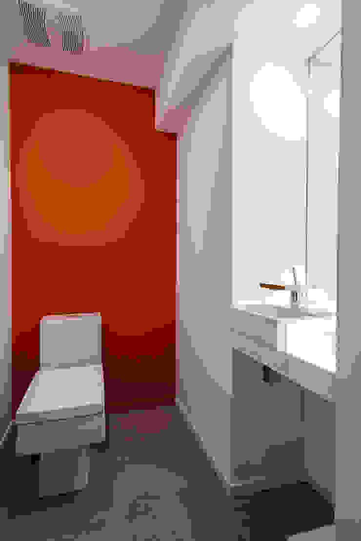 Cache House Modern Bathroom by KUBE architecture Modern