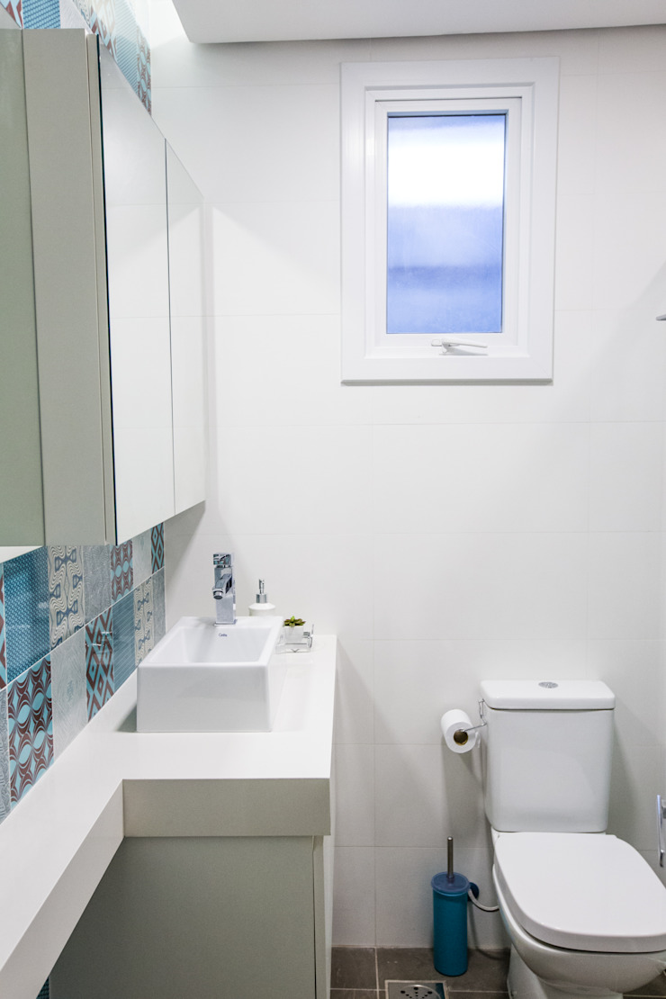Camila Chalon Arquitetura Tropical style bathrooms Ceramic Turquoise