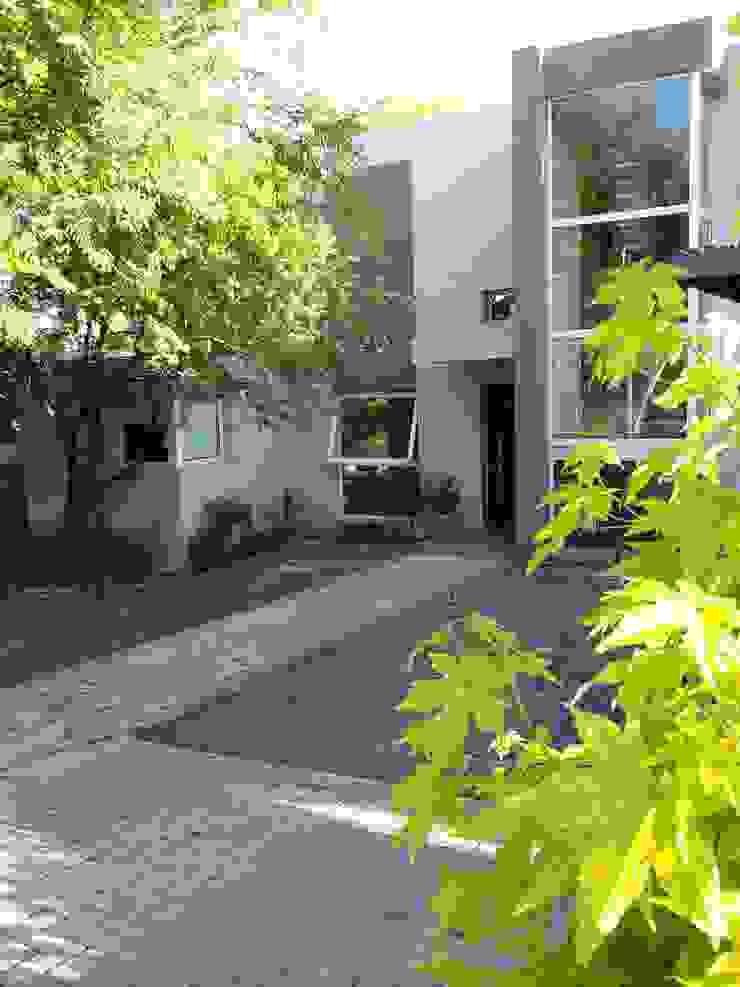 ingreso peatonal y vehicular Casas modernas: Ideas, imágenes y decoración de LOSADA ARQUITECTURA Moderno Piedra