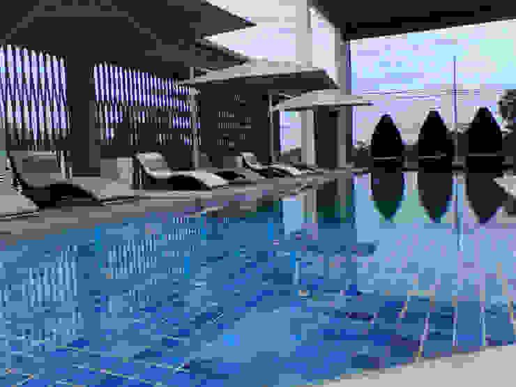 Hotéis modernos por โรจน์สุรินทร์ การช่าง Moderno