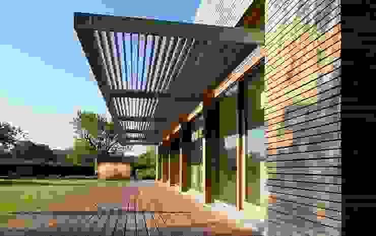 Woonhuis P Moderne balkons, veranda's en terrassen van WillemsenU Modern Hout Hout