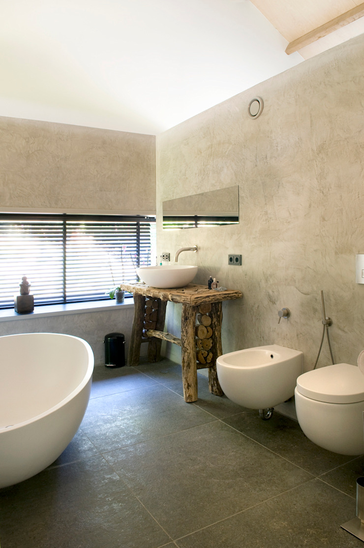 Modern bathroom by WillemsenU Modern