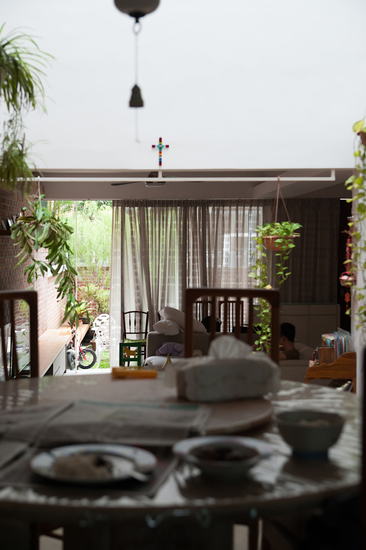 Terrace House at Robin Road Asian style dining room by Quen Architects Asian