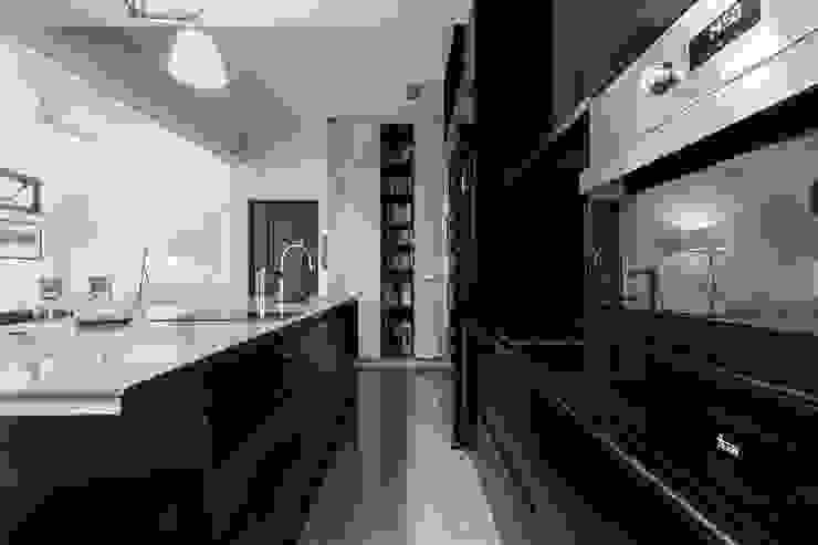 NATURALLY Modern Kitchen by 璞碩室內裝修設計工程有限公司 Modern Glass
