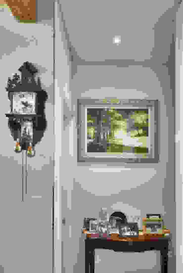 Modern Corridor, Hallway and Staircase by Goodhaus Modern