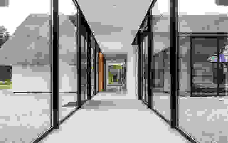 Maas Architecten Modern corridor, hallway & stairs