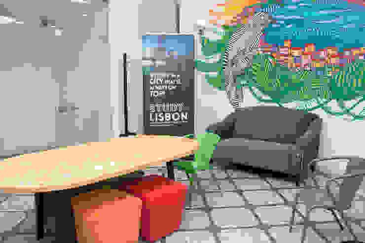 Study in Lisbon Lounge Espaços comerciais modernos por ORCHIDS LOFT by Alexandra Pedro Moderno Madeira maciça Multicolor