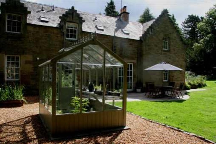 Wooden greenhouse in a gravel path, with a brick edge to lawn. Colinton Gardening Services - garden landscaping for Edinburgh Ön avlu
