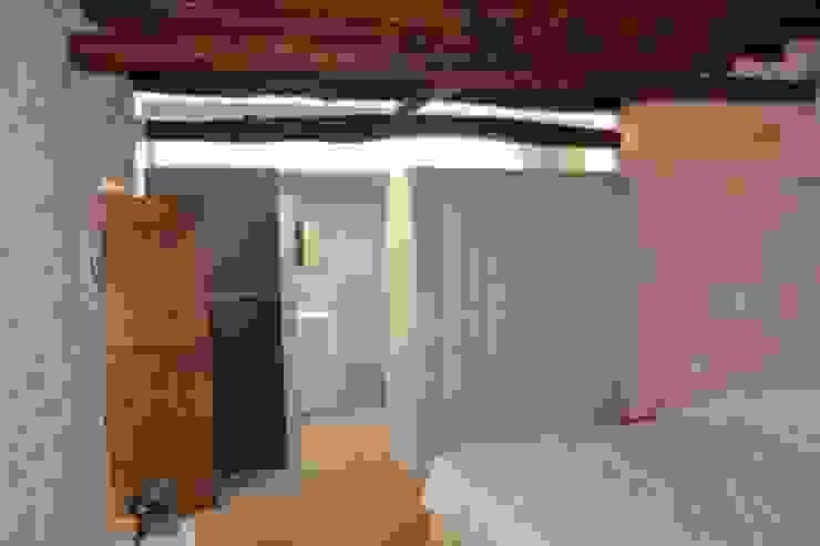 Can Bassó Dormitorios de estilo rústico de AMOMA ARQUITECTURA Rústico