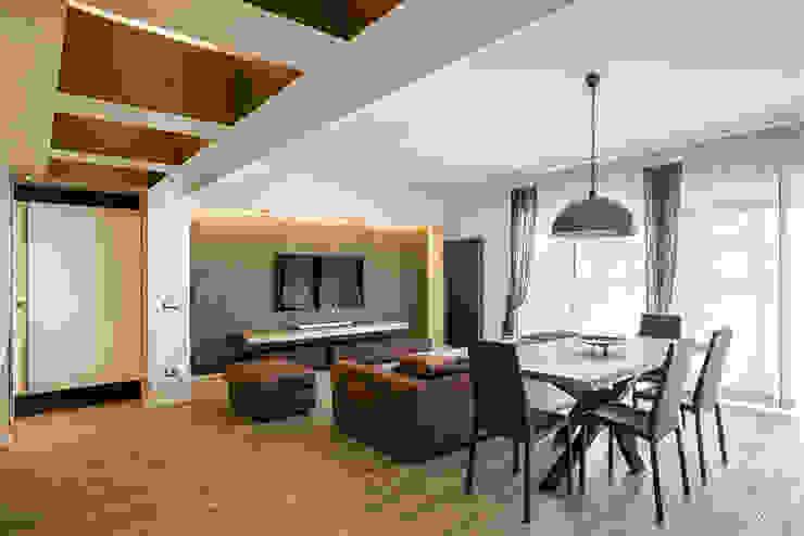 Moderne woonkamers van studioQ Modern