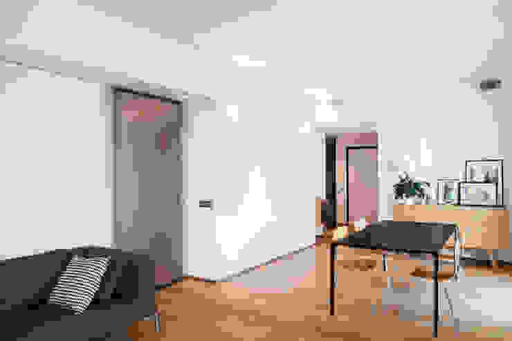 salone/ingresso Soggiorno minimalista di M2Bstudio Minimalista