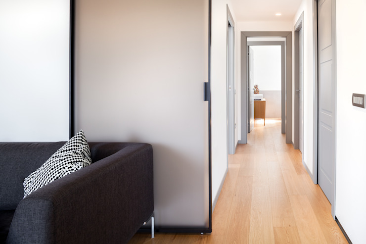 M2Bstudio Minimalist corridor, hallway & stairs