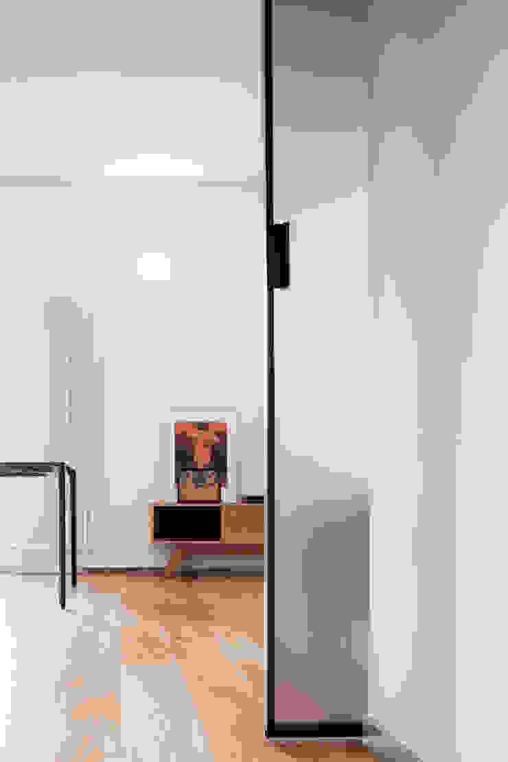 dettaglio porta scorrevole Ingresso, Corridoio & Scale in stile minimalista di M2Bstudio Minimalista