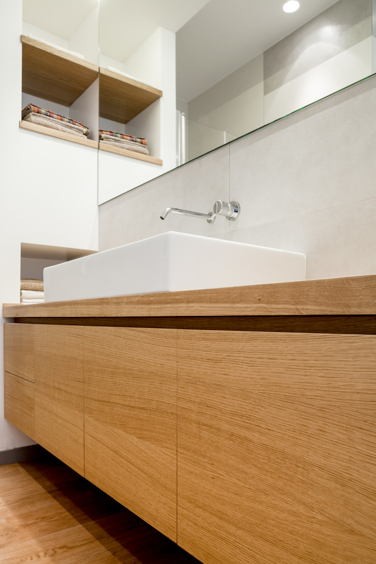 Minimalist bathroom by M2Bstudio Minimalist