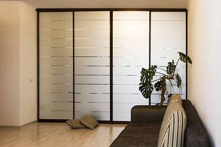 sliding wardrobes Soggiorno moderno di Bravo London Ltd Moderno