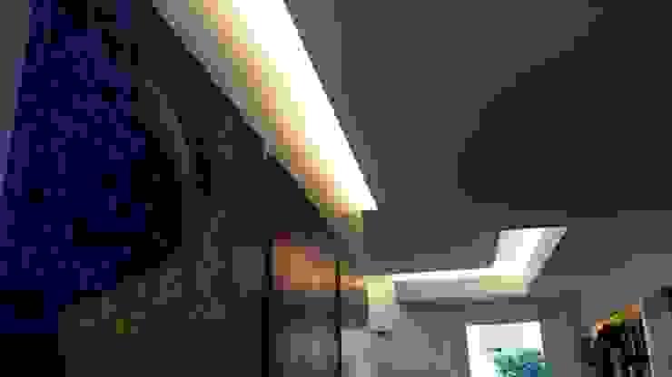 Appartamento residenziale nel quartiere Nomentano. Ingresso, Corridoio & Scale in stile moderno di studioQ Moderno