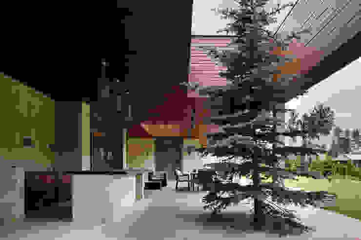Jardines de invierno modernos de Студия дизайна интерьера в Москве 'Юдин и Новиков' Moderno