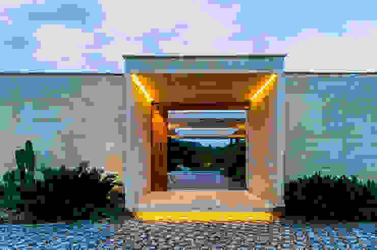 Acceso Arquitectura en Estudio Casas estilo moderno: ideas, arquitectura e imágenes Concreto Amarillo
