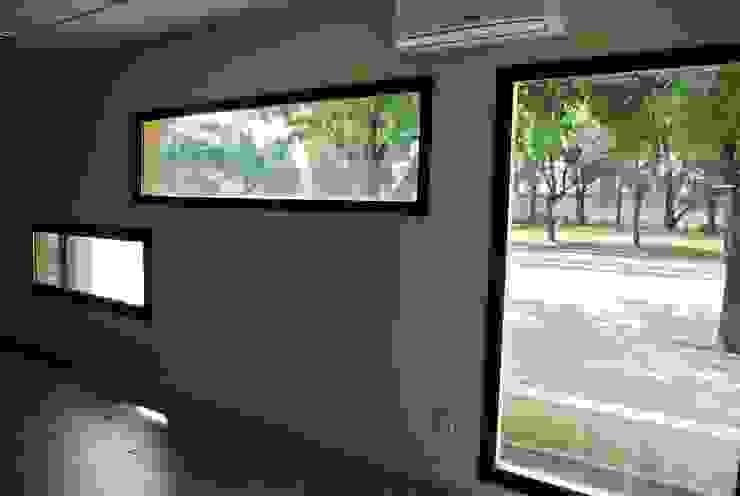complejo de oficinas Oficinas y comercios de estilo moderno de estudio m Moderno