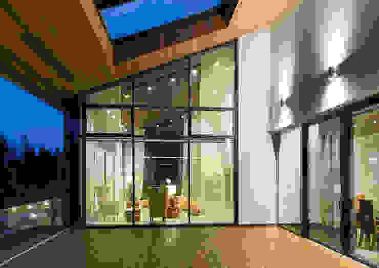 Modern balcony, veranda & terrace by Студия дизайна интерьера в Москве 'Юдин и Новиков' Modern