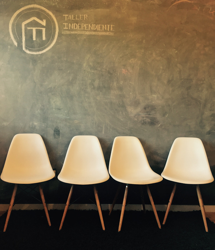 Sala de reunion_Oficinas Taller Independiente Arquitectura & Construccion Oficinas y bibliotecas de estilo moderno de Taller Independiente - Arquitectura & Diseño Moderno Madera Acabado en madera