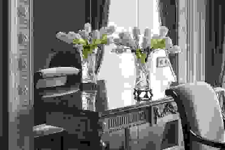 Classic style living room by Студия дизайна интерьера в Москве 'Юдин и Новиков' Classic