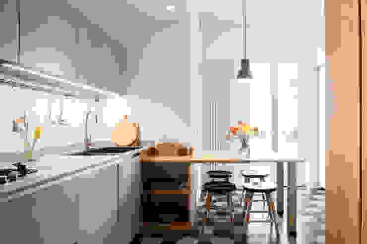 Cocinas de estilo moderno de Studio Vetroblu_Stefano Ferrando Moderno