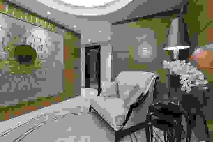 Salas modernas de Студия дизайна интерьера в Москве 'Юдин и Новиков' Moderno