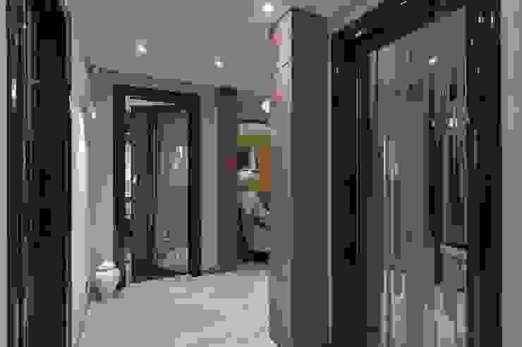 Moderner Flur, Diele & Treppenhaus von Студия дизайна интерьера в Москве 'Юдин и Новиков' Modern