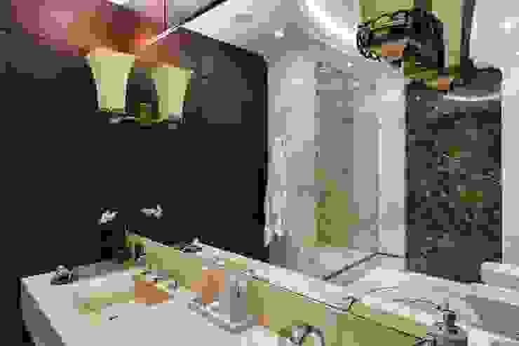 Дизайн квартиры в Гранатном переулке: Ванные комнаты в . Автор – Студия дизайна интерьера в Москве 'Юдин и Новиков', Модерн