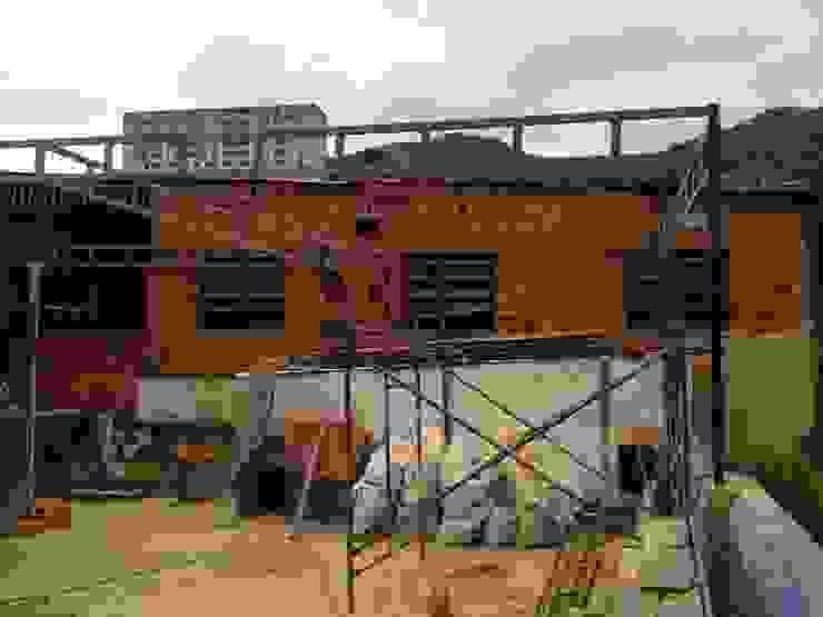 ESTRUCTURA construrem c.j.111 c.a Balcones y terrazas de estilo rústico Hierro/Acero Metálico/Plateado